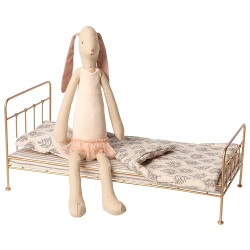 Bunny Ballerina and gold bed med